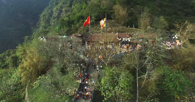 Chùa có quy mô lớn nhất và đẹp nhất cho nên còn có tên là chùa Cả.