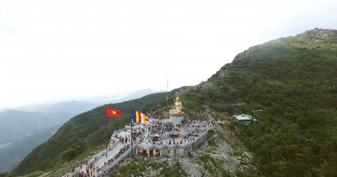 Hành hương lên triền núi qua tượng đá An Kỳ Sinh, cách vài chục mét, là ngôi bảo tượng Phật Hoàng Trần Nhân Tông trong tư thế ngồi thiền trên đài sen.
