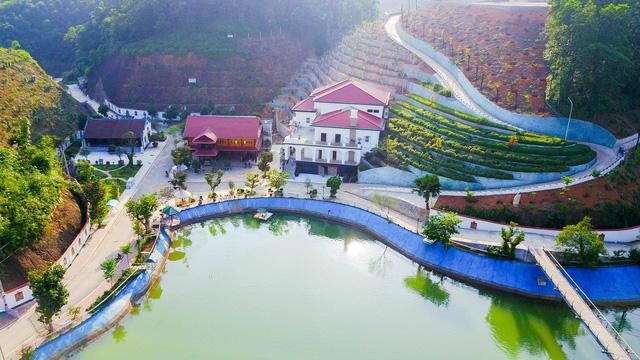 Phía trước biệt thự tựa núi, nhà sàn và nhà thờ của gia đình ông Quý là hồ nước tuyệt đẹp.