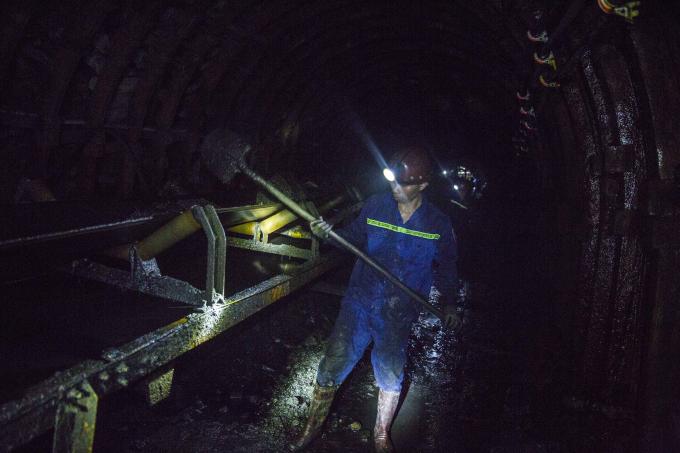 Than khai thác được cào vào máng trượt dẫn xuống các hệ thống băng chuyền đưa lên mặt đất.
