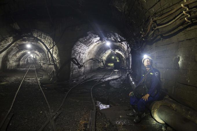 Một nhà ga với các cửa hầm lớn hiện ra trước mắt chúng tôi cùng các đầu máy qua lại.