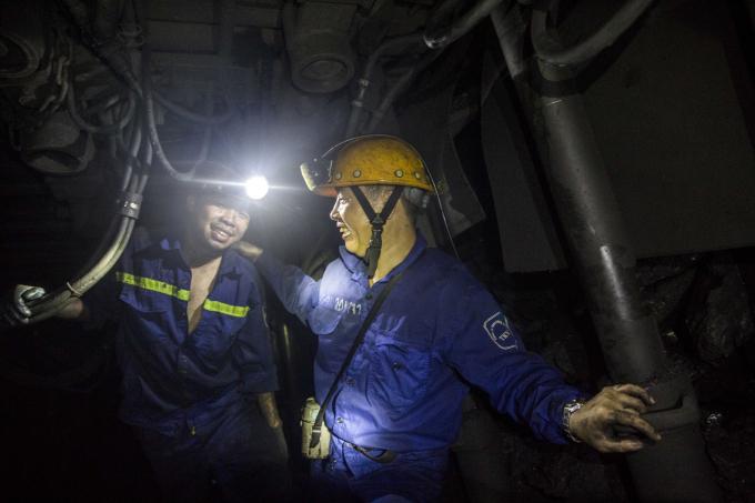 Sau 1-2 lần rẽ chúng tôi tới độ sâu 35m so với mực nước biển để vào một khu khai thác. Quản đốc phân xưởng 11 Đoàn Hải Nam giới thiệu chúng tôi với thợ mỏ. Đây là 1 trong những phân xường chủ lực của công ty mỗi năm khai thác tới hơn 200 ngàn tấn than.