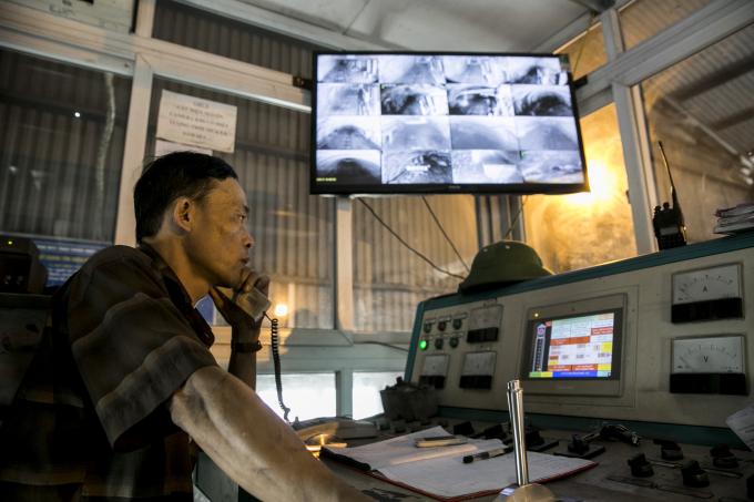 Mọi khâu vận chuyển người lên xuống và than ở đây đều được giám sát từ một phòng điều hành có camera theo dõi mọi hoạt động dưới lòng đất.