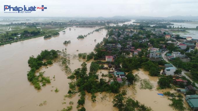 Nhiều khu vực của thôn Nhị Hà xã Hoằng Cát huyện Hoằng Hóa chìm trong biển nước.