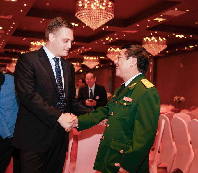 Bí thư thứ nhất Đại sứ quán NgaVladimir Shustov (bên trái) và đại tá Lê Thế Mẫu.