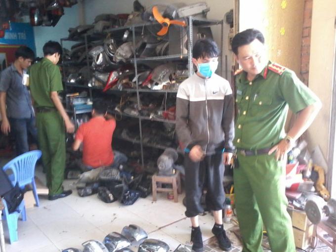 Đối tượng Trần Thanh Hảo (đeo khẩu trang) đang trình bày với lực lượng công an.