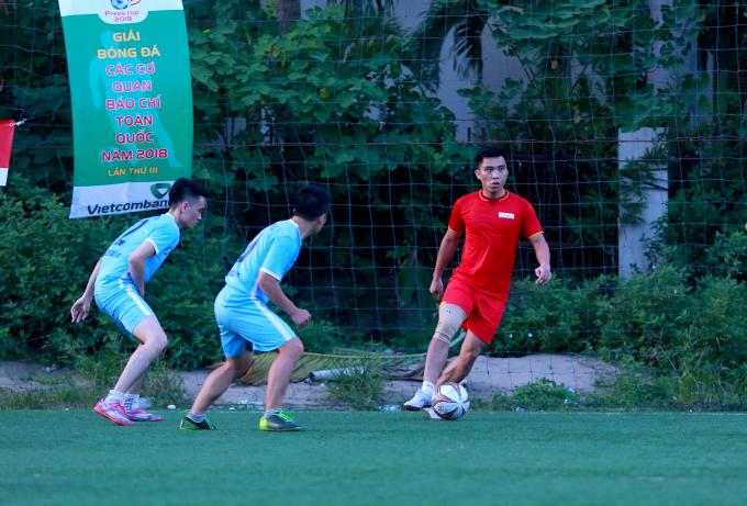 Cầu thủ Gia Hồng (áo đỏ) là người ghi bàn thắng mở tỉ số cho đội Pháp Luật Việt Nam.