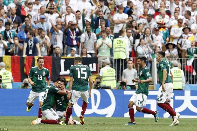 Niềm vui của các cầu thủ Mexico sau pha lập công của Lozano.