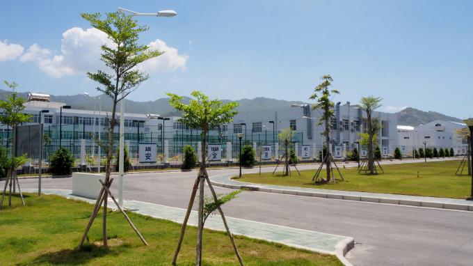 Diện tích cây xanh, thảm cỏ được phủ kín 10 đến 15% diện tích toàn nhà máy.