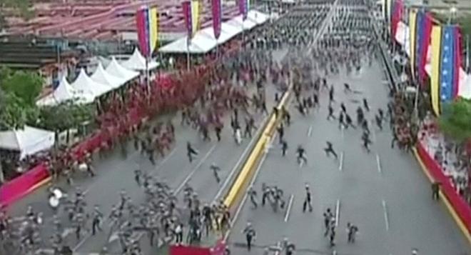 Khung cảnh hỗn loạn trong lễ kỷ niệm81 năm ngày thành lập Lực lượng Phòng vệ Quốc gia Venezuela. Ảnh: Reuters.