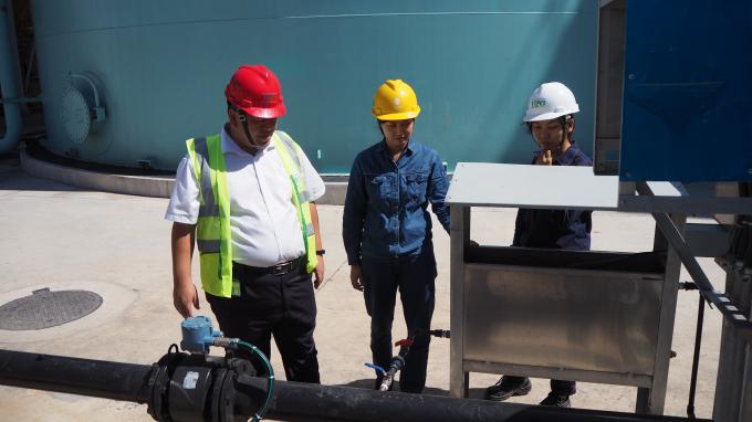 Ông Phan Ngọc Cẩm Thành kiểm tra giám sát hoạt động của khu vực xử lý nước thải của nhà máy.
