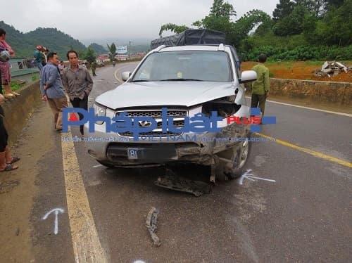 Chiếc xe ô tô con nhãn hiệu Huyndai màu bạc mang bị biến dạng sau khi gây tai nạn do lái xe không làm chủ tốc độ và lấn làn.