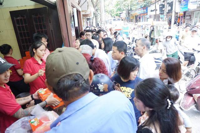 Cửa hàng luôn có khoảng 4-5 người bán hàng nhưng luôn tay, luôn chân vì lượng khách quá đông.