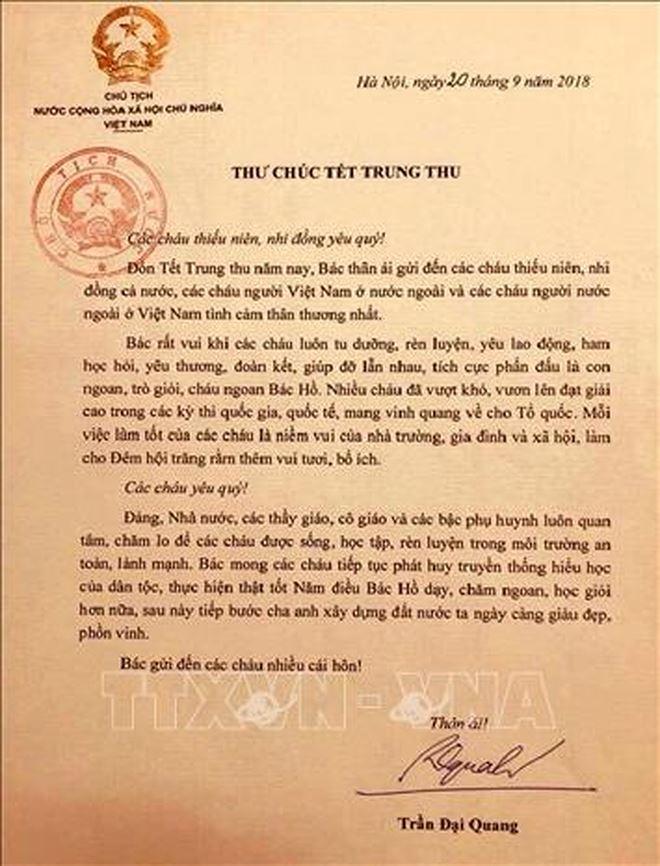 """Ngày 20/9,Chủ tịch nước Trần Đại Quangcòn có thư gửi chúc TếtTrung thutới các cháu thiếu niên, nhi đồng cả nước. Vậy mà 10 giờ 5 phút sáng nay 21/9, ông đã trút hơi thở cuối cùng tại Bệnh viện Trung ương Quân đội 108. Lá thư ấy dường như trở thành """"di chúc"""" sau cùng cho thế hệ mầm non tương lai mà Chủ tịch nước để lại trước lúc ra đi. Ảnh: TTXVN"""