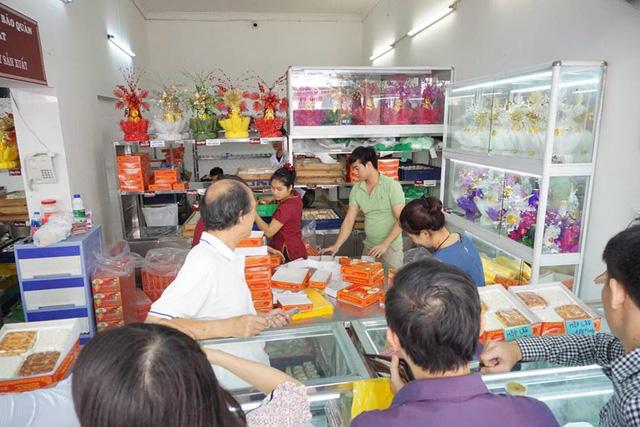 Bánh được nướng luôn tại lò, đóng gói tại chỗ phục vụ khách mua hàng.