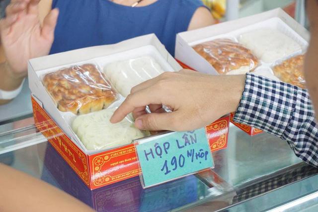 Bánh trung thuở đây có hai loại là bánh nướng và bánh dẻo, giá từ 50-70 nghìn đồng/ chiếc, một hộp 4 cái vào khoảng 190 nghìn đồng.