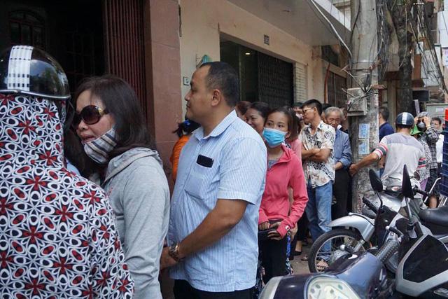 Đoàn người xếp hàng cả tiếng, trong đó nhiều người ở tận các khu vực xa như Giáp Bát, Thường Tín… cũng vượt hàng chục km lên mua hàng.