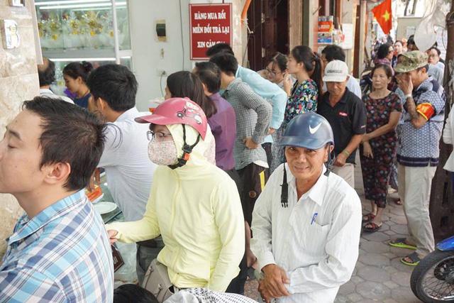 Hàng dài người xếp hàng để chờ mua bánh.