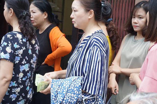 Nhiều người cầm sẵn tiền ra tay, mua bánh với số lượng lớn.