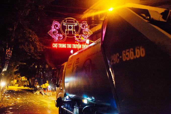 Phố Hàng Mã biến thành biển rác sau đêm Trung thu, cả tuyến phố ngập trong rác thải do các chủ cửa hàng và phần lớn là người tham dự lễ hội