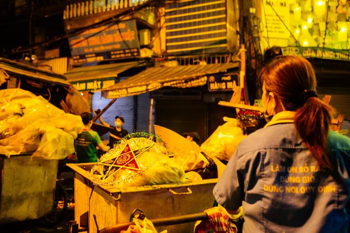 Theo công nhân xi nghiệp môi trường đô thị Hà Nội thì những ngày này, họ phải làm việc đến 3h, 4h sáng để thu gom rác.