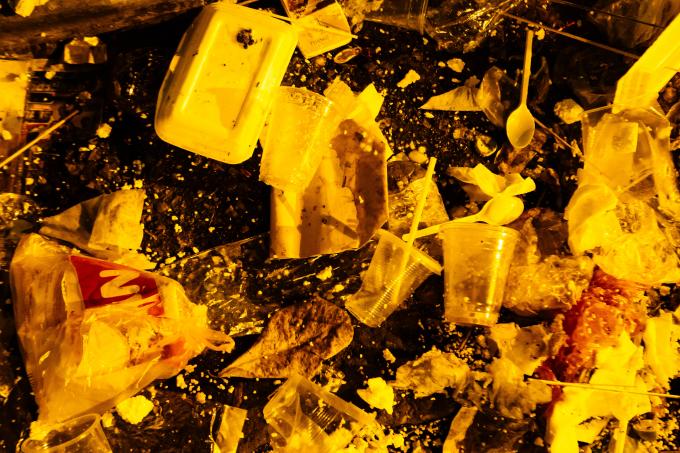 Ngổn ngang cốc nhựa đựng đồ ăn của người tham dự lễ hội.