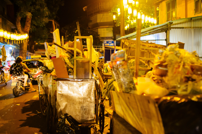 Không chỉ rác thải sinh hoạt mà còn cả bàn ghế, giá để hàng,.. của chủ cừa hàng vất đi sau những ngày trưng hàng.