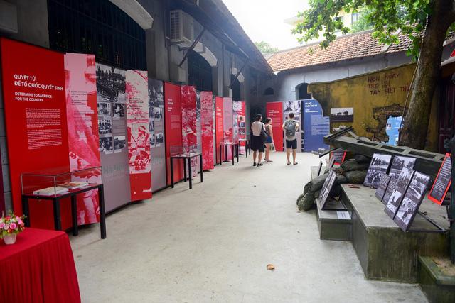 """Những hình ảnh hiếm về ngày bộ đội ta tiếp quản Thủ đô 64 năm trướcđang được trưng bày tại triển lãm """"Hà Nội – Ngày trở về"""" nhân kỷ niệm 64 năm NgàyGiải phóng Thủ đô(10/10/1954 - 10/10/2018) ở Di tích lịch sửNhà tù Hỏa Lò."""