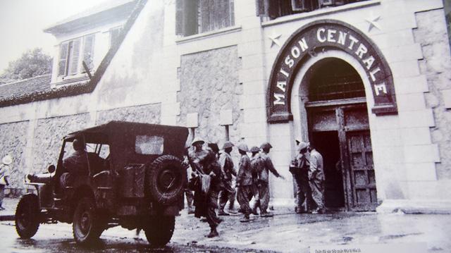 Quân đội vào tiếp quảnnhà tù Hỏa Lò.
