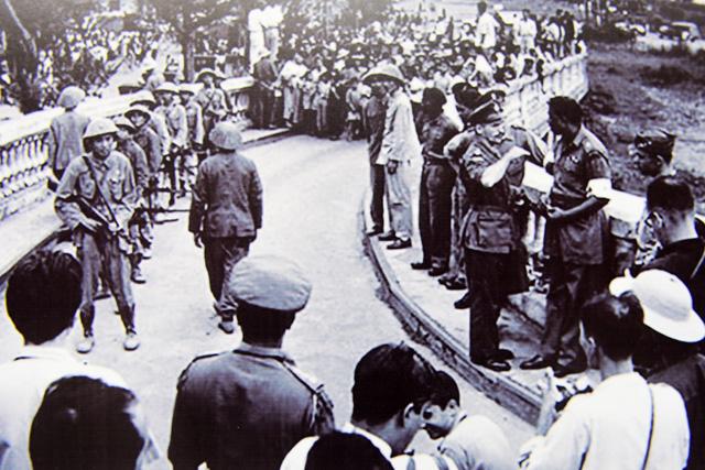 Bộ đội tiến lên cầu Long Biên chuẩn bị vàotiếp quản Thủ đô.