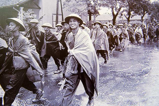 Quân đội Việt Nam tiến vàotiếp quản Thủ đôtrong cơn mưa mùa thu lất phất.