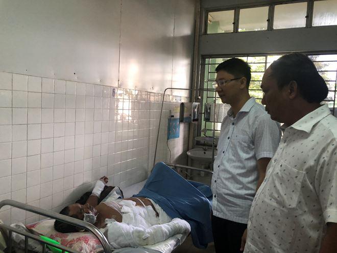 Một nạn nhân bị thương nặng đang được chăm sóc tại BV Đà Nẵng.