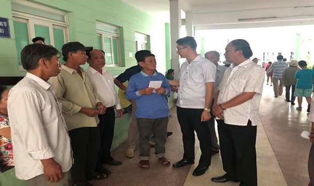 Lãnh đạo huyện Lý Sơn thăm và trao tiền hỗ trợ cho nạn nhân vụ nổ tàu.