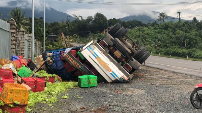 Chiếc xe lật úp, hàng chục tấn rau cũng dập nát.