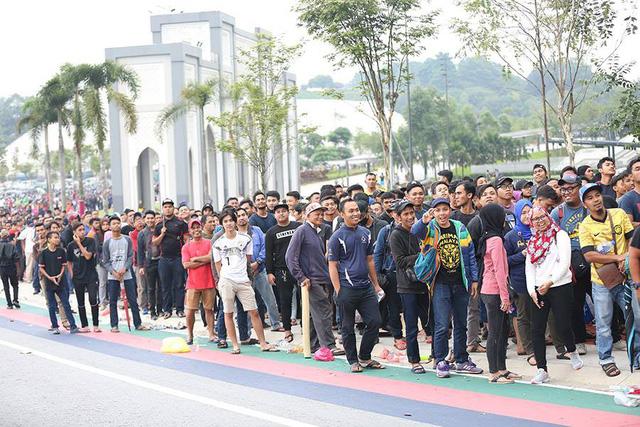 Dòng người đông đúc xếp hàng chờ mua vé theo dõi trận chung kết AFF Cup tại Bukit Jalil