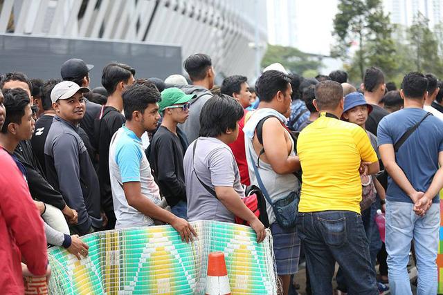 Những chiếc chiếu là hình ảnh dễ thấy với nhiều cổ động viên đang đứng chờ mua vé.