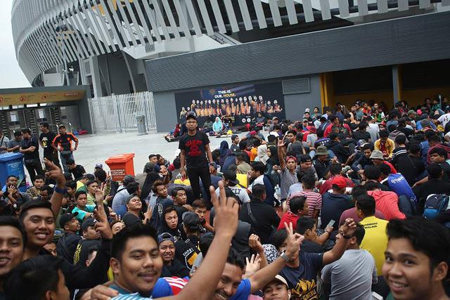 Sự vui vẻ thường trực ở các cổ động viên Malaysia, họ không hề căng thẳng.