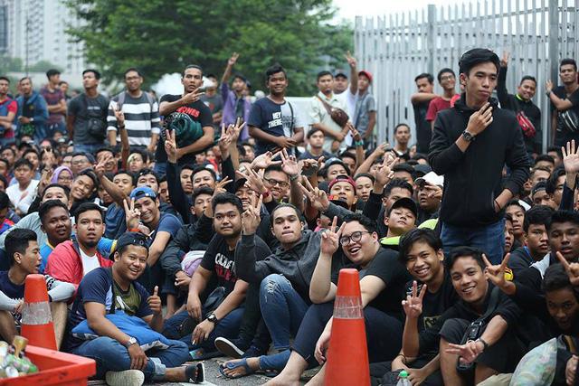 Không khí vui vẻ của cổ động viên Malaysia dù phải chờ đợi lâu.