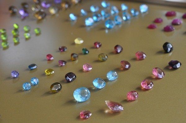 Những viên đá quý được bày bán tại chợ đều 100% từ tự nhiên.