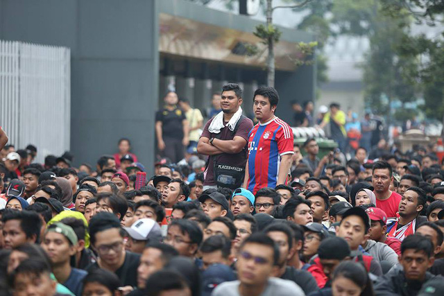 Các cổ động viên Malaysia xếp hàng trong trật tự chờ đợi ban tổ chức mở cửa bán vé, không có cảnh nhốn nháo chen lấn.