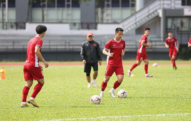 Sau khoảng 10 phút,HLV Park Hang Seocho các học trò luyện bài đi bóng ngắn, ban bật 1 chạm.