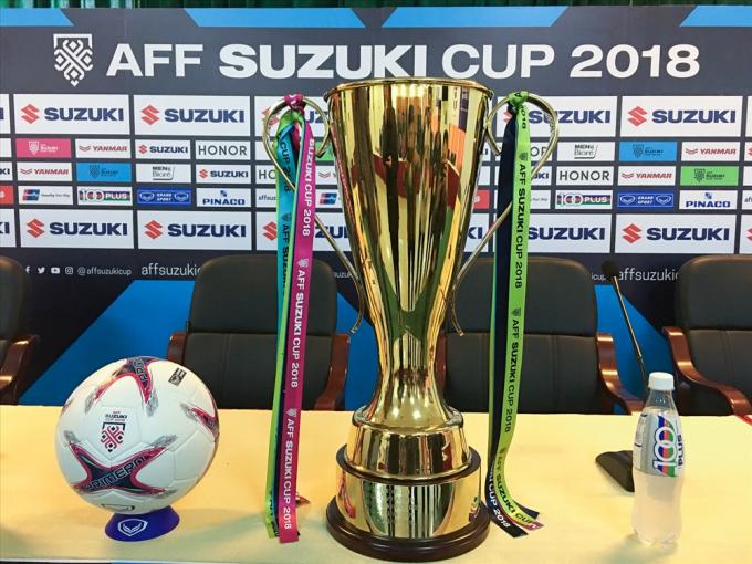 Chiếc cúp vô địch AFF Cup xuất hiện ở cuộc họp báo trước trận đấu.