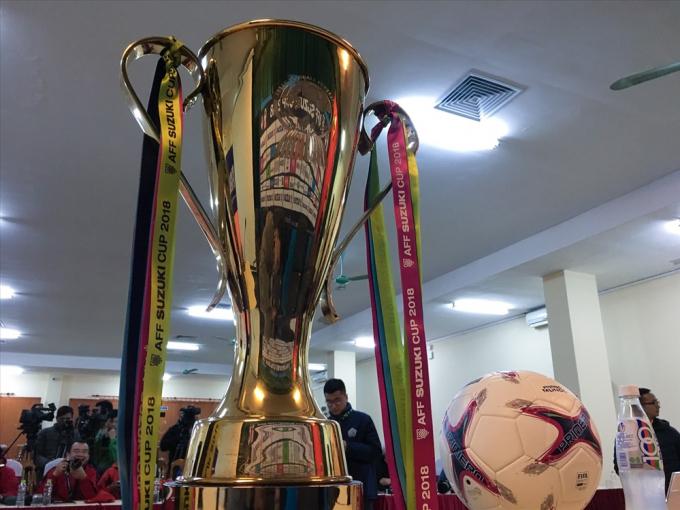 Chiếc cúp vàng được chạm trổ tinh xảo có khắc logo của Liên đoàn bóng đá Đông Nam Á (AFF - Asean Football Federation).