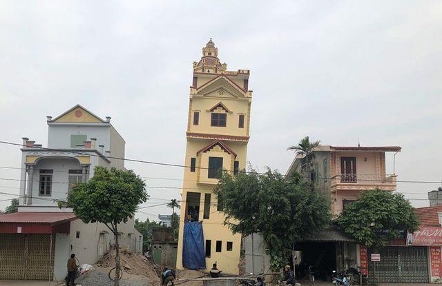 Ngôi nhà nghiêng nằm tại làng Báng, xã Đức Lý, huyện Lý Nhân, tỉnh Hà Nam. Nhìn từ xa, ngôi nhà của gia đình ông H. bị nghiêng khá lớn.
