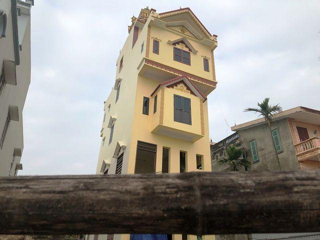 Theo hàng xóm, ngôi nhà này được khởi công xây dựng vào tháng 2/2018, cách đây hơn 1 tháng thì ngôi nhà đã hoàn thành, nhưng gia đình ông H. chưa ở được ngày nào thì ngôi nhà đã có dấu hiệu bị nghiêng nặng