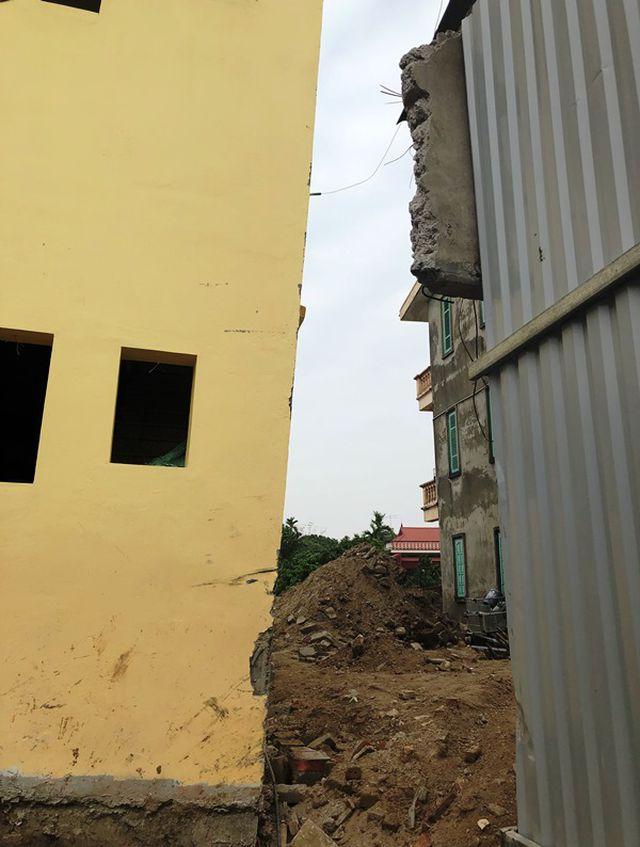 Càng ngày, ngôi nhà càng bị nghiêng nặng hơn, tính đến nay, ngôi nhà đã bị nghiêng gần 1,5m