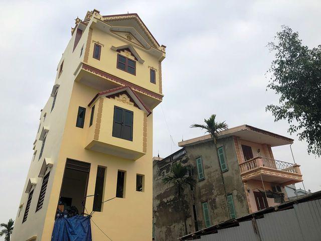 Cũng theo người dân, khi ngôi nhà xây đến tầng 2 thì đã có hiện tượng nghiêng nhưng gia chủ vẫn tiếp tục cho xây dựng.