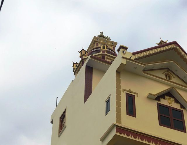 Để khắc phục độ nghiêng, chủ gia đình bỏ hơn 100 triệu để xây dựng một tháp nhỏ phía trên nằm lệch về bên trái với mong muốn độ nặng của tháp sẽ