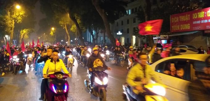 Sau chiến thắng nghẹt thở trước Jordan ở vòng 1/8 Asian Cup 2019.Hàng nghìn CĐV đã nhanh chóng đổ về trung tâm Thủ đô ăn mừng chiến thắng của đội tuyển Việt Nam.