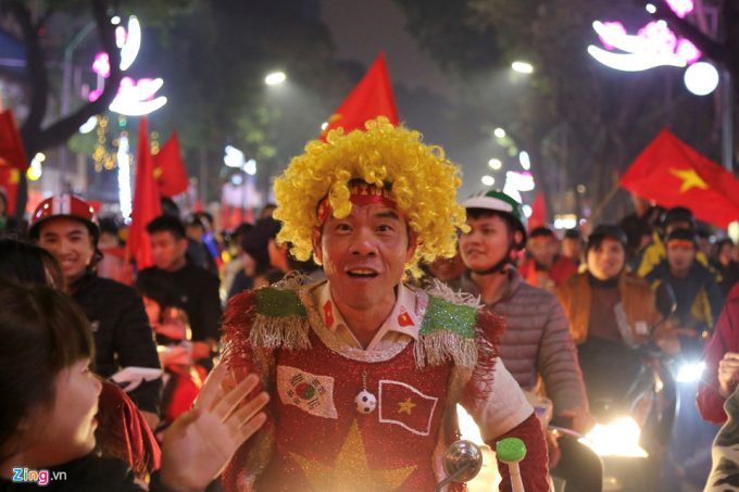 Hóa trang chú hề mặc áo in hình quốc kỳ Việt Nam và Hàn Quốc (Ảnh: Zing)